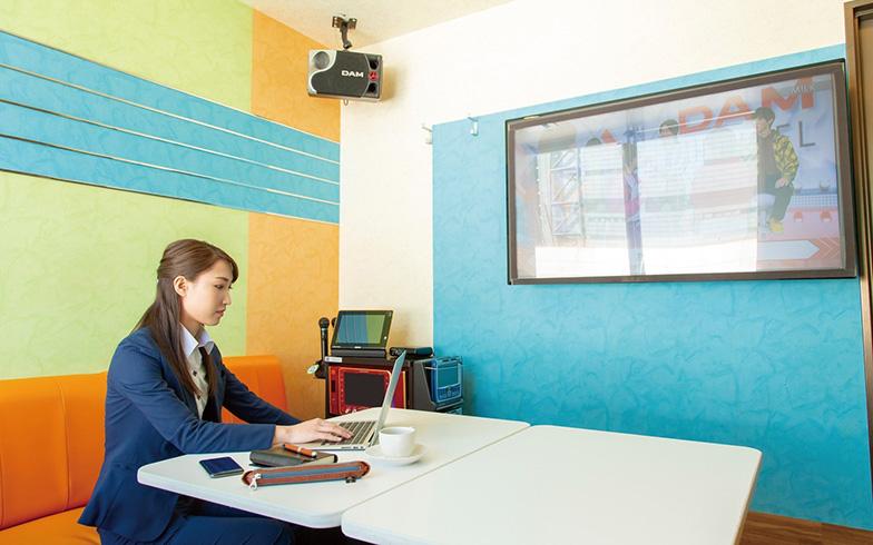 カラオケの個室で仕事をする「オフィスボックス」のイメージ。アクセスしやすい場所にあり、価格も手ごろで利用しやすいのも魅力的(写真提供:第一興商)