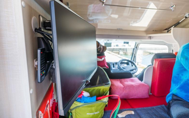 キャンピングカー内にはテレビ兼PCモニターも設置されている(写真撮影/中川生馬)
