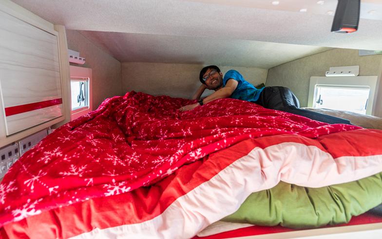 キャンピングカー内の寝床(写真撮影/中川生馬)