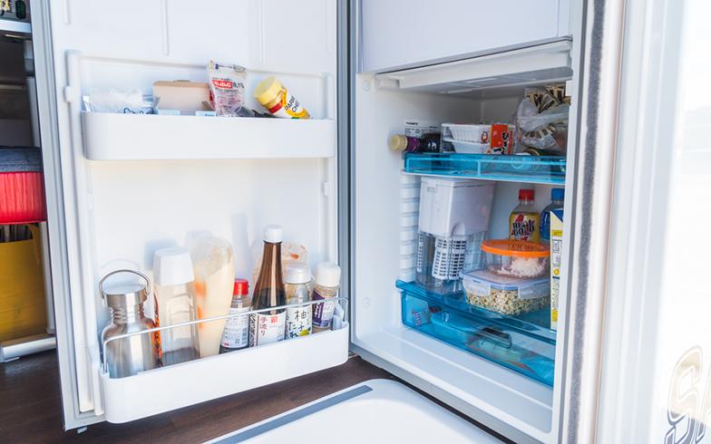 """90リッターの備え付けの冷蔵庫と、14リッターのエンゲル社製の冷蔵庫も積んでいるため、""""食""""生活も問題ない(写真撮影/中川生馬)"""