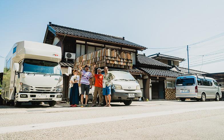 秋葉さん夫妻滞在中に、1トントラックに自作の木造の家を荷台に積み1年間全国を旅したというバンライファーも訪問!(写真撮影/中川生馬)