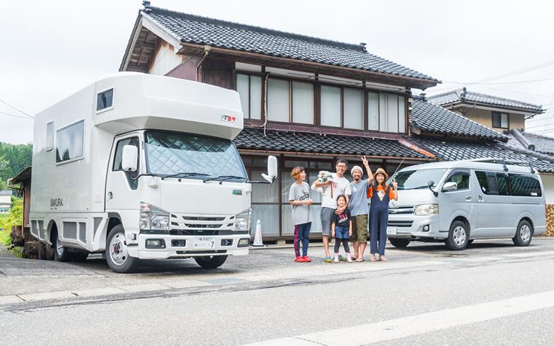 能登出発最終日に秋葉さん夫妻と記念撮影(写真撮影/中川生馬)