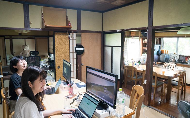 「田舎バックパッカーハウス」のワークスペース、ダイニング、キッチンエリア。7月中旬から、旅行グッズレンタルサービス「flarii(フラリー)」とタッグを組み、バンライファーやサテライトオフィス含め長期滞在者向けの仕事環境のために、パソコンやPCモニターがレンタルできる「リモートワークプラン」を開始した(写真撮影/中川生馬)