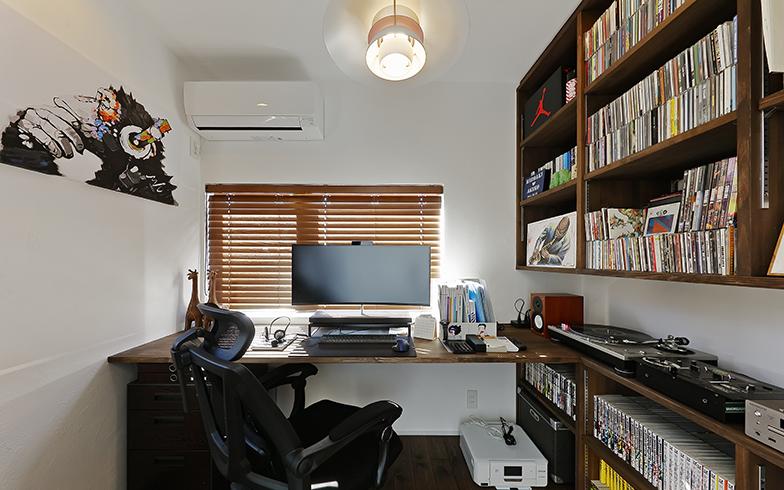 デスクの背面は扉だが、PCの角度を調整すれば左一面の白い壁を背景として利用できる(画像提供/LOHAS studio)