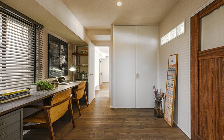 LDKと引き戸(右手前)で区切られた個室の書斎。引き戸を開けると家族とのつながりを感じられ、テレビ会議などの際には扉を閉めて音対策ができて便利と好評だそう(画像提供/LOHAS studio)