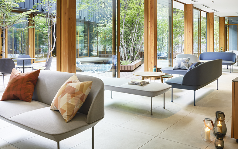 ウッドデッキの中庭を囲むラウンジ。ゆったりとした空間と大開口の窓が自然との一体感を生む