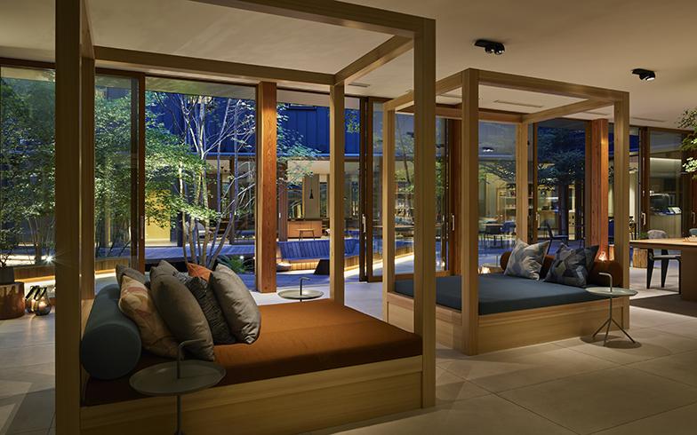 佐々木さん設計の星野リゾートBEB5軽井沢。ラウンジにはプライベート感を生む寝台ソファも