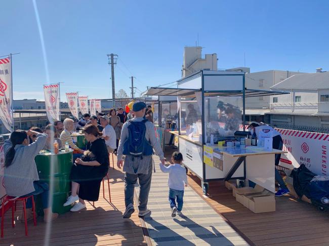 京都府京都市の「梅小路京都西駅」の廃線跡の「梅小路ハイライン」に小籠包やクラフトビール、おでんなどの屋台が並ぶ様子。屋台って並んでいるとやっぱりワクワクしますよね……。8月7日からエリアを拡大してリニューアルオープンするとのこと(写真提供/Replace)