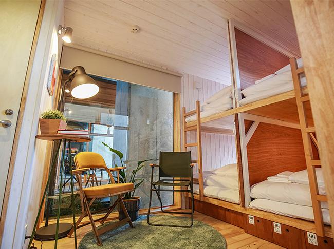 「Tinys Yokohama Hinodecho」にはタイニーズホステルがあり、宿泊も可能に(写真提供/YADOKARI)