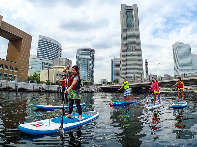大岡川から川を下れば、みなとみらいの風景を眺めながら水上スポーツ「SUP(スタンドアップパドルボード)ができる(写真提供/YADOKARI @横浜SUP倶楽部)