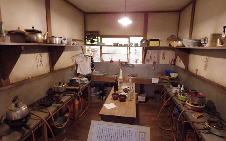 2階炊事場の再現、昭和中ごろの単身者向けアパートでの様子がよく伝わってくる(撮影/西村まさゆき)