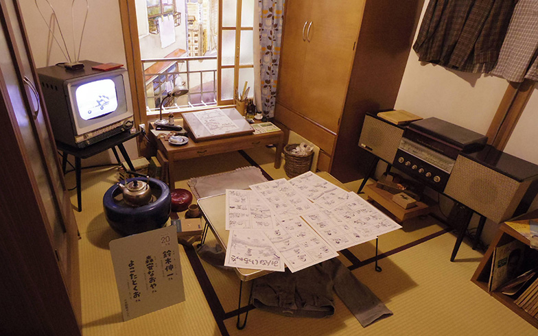 テレビ、ステレオと火鉢が同居している昭和の雰囲気(撮影/西村まさゆき)