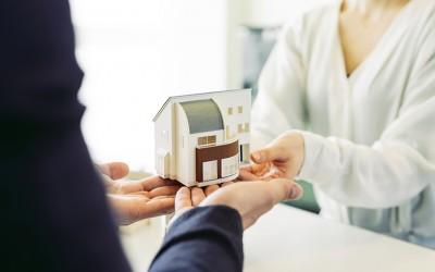 住宅ローンの返済に困った!自宅を売って住み続ける「不動産リースバック」が選択肢に