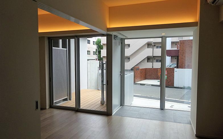 1階住戸には出入りできる専用デッキが新設された(101号:筆者撮影)