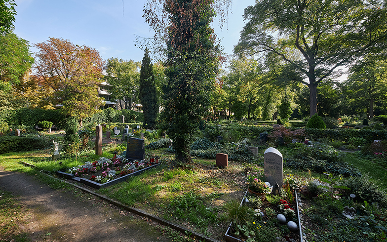 十分に手入れが行き届いた公営墓地。撮影当日も2名の庭師が水やりや落ち葉拾いなどの作業をしていた (撮影/Shinji Minegishi)