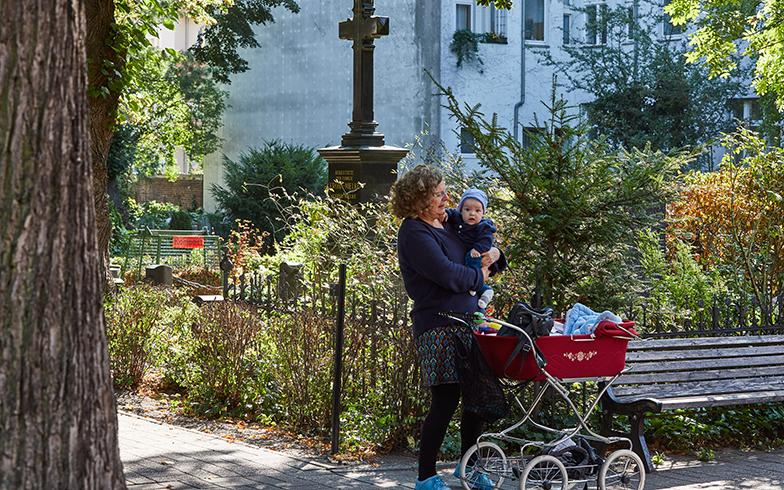 「ここは、この子とよく来るお気に入りの散歩コース」と話してくれた女性。ここ以外にも家族でゆっくり散歩に行くという、ベルリンのお気に入りの墓地も教えてくれた(写真撮影/Shinji Minegishi)