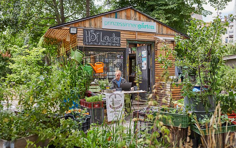 売店では、ガーデニングに関するグッズや、この庭園で有機栽培された野菜の苗や、プランター栽培で用いられるオーガニック堆肥が配合された土も販売されている(写真撮影/Shinji Minegishi)