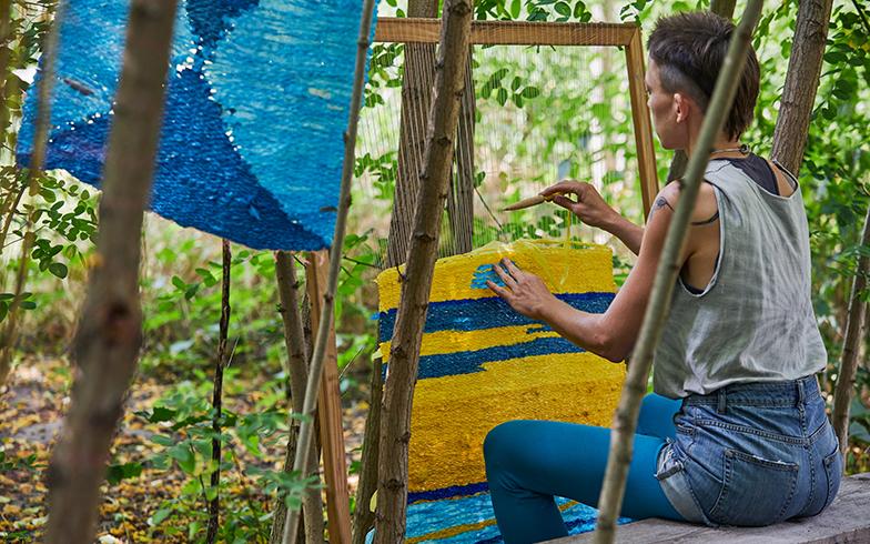 農作業を手伝いながら、空きスペースでリサイクル素材を使って機織りをしているテキスタイルアーティスト(写真撮影/Shinji Minegishi)