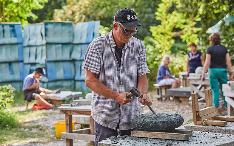 使われなくなった墓石は、石畳用の石として再利用されるのが一般的。新しい使い道を模索する、一般公開のワークショップも開催されている(写真撮影/Shinji Minegishi)