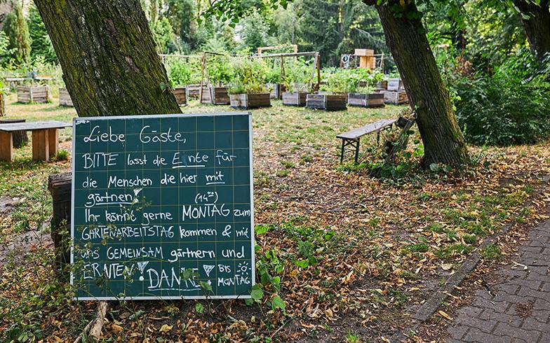 「ここで取れた野菜は、一緒に農作業をした人と分け合います。農作業の日にぜひ一緒に作業しましょう!」と書かれた看板(写真撮影/Shinji Minegishi)