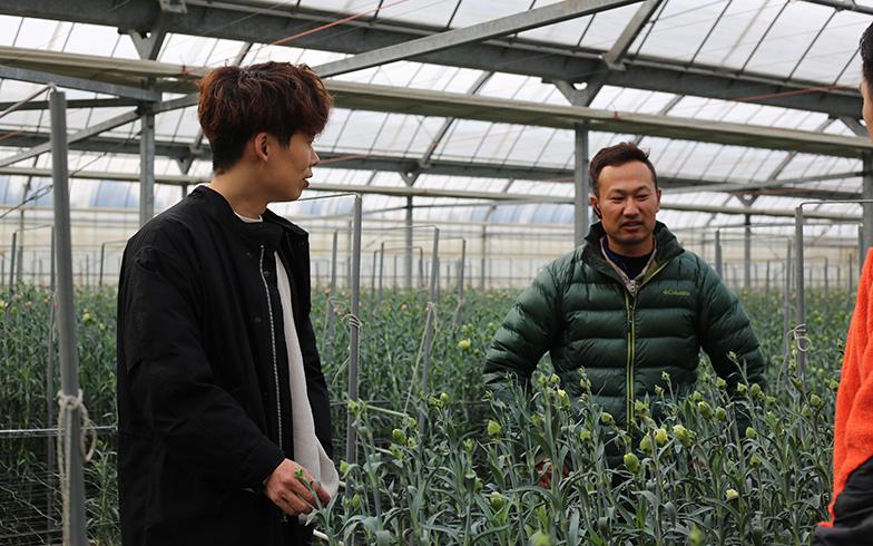 オンライン販売では生産者との交流が重要。花の新聞も直接生産者に会って話を聞いてまとめている(写真提供/BOTANIC)