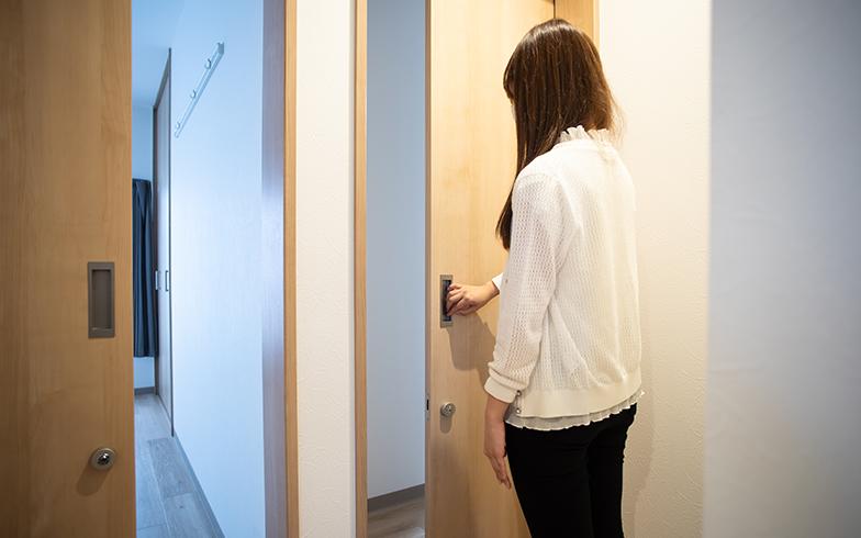 4つある居室の入口はすべて、出入りがしやすくプライバシーを守る鍵付きの引き戸になっている(撮影/片山貴博)