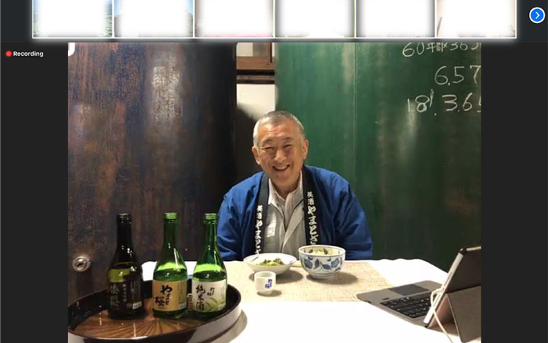 山形県庄内町の返礼品「蔵元と語りながら地酒を飲もう」の様子(画像提供/株式会社ROOTs)