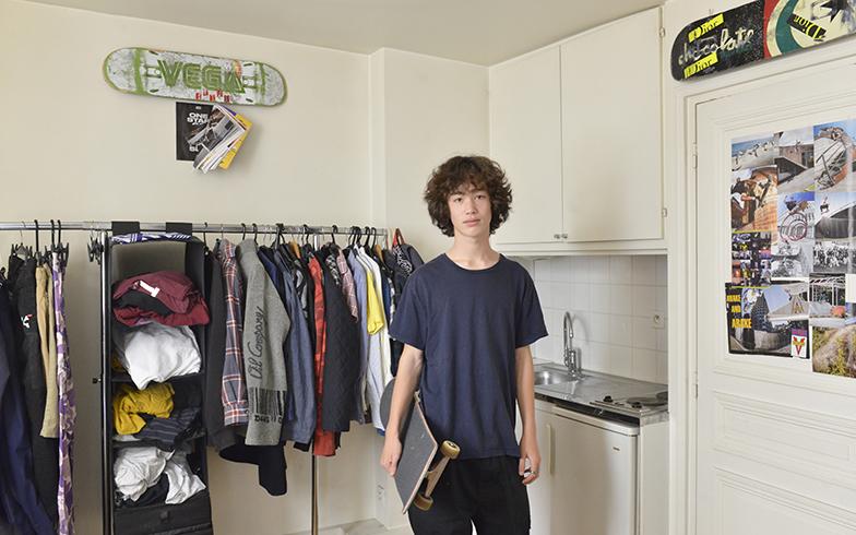 部屋貸しできるよう設計された部屋は、今はレイ君の部屋に。スケートボードに夢中の男の子14歳の部屋(写真撮影/Manabu Matsunaga)