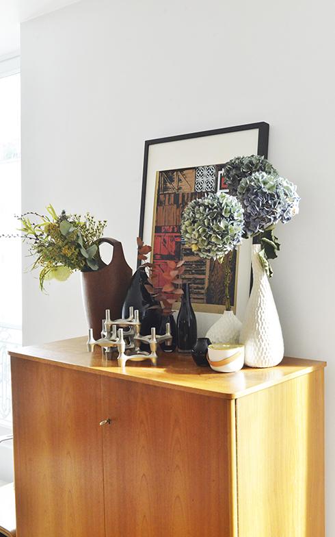 窓と窓の間に置かれたチェストの上にある個性的な花瓶は、実は60年代の北欧のDANSK社のワインクーラー (写真撮影/Manabu Matsunaga)