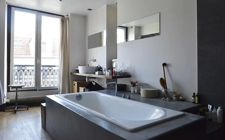 バスルームもたくさんの光が入る。床はフローリングのままというのが紀子さんらしい(写真撮影/Manabu Matsunaga)