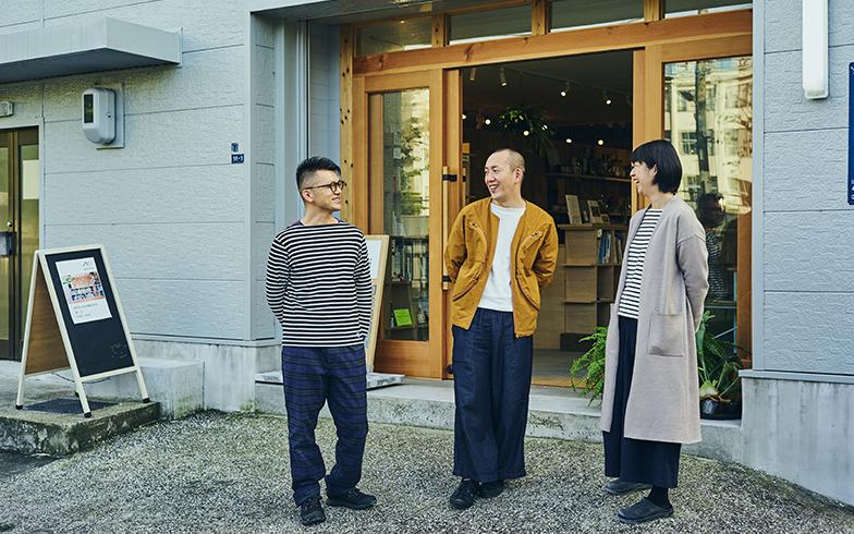 左から、堤方4306の安部啓祐さん、スタジオテラの石井秀幸さん、野田亜木子さん。「地元の人間ではありませんが、地域の人からフラットに接してもらえますし、その緩さが住みやすさに繋がっていると思います」と石井さん(写真撮影/相馬ミナ)