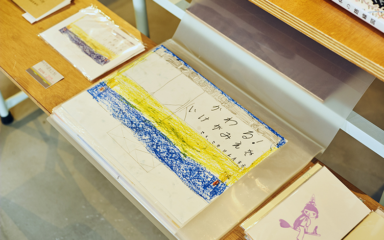 子ども店長が制作した池上駅の変遷をまとめた本。彼の池上駅への愛に感動した磯辺さんが第1号の購入者に(写真撮影/相馬ミナ)