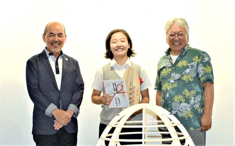 タイニーハウスの表彰式での和田さん(左)、デザインした滝川さん(中央)、村長の舩木さん(右)(写真提供:小菅村)
