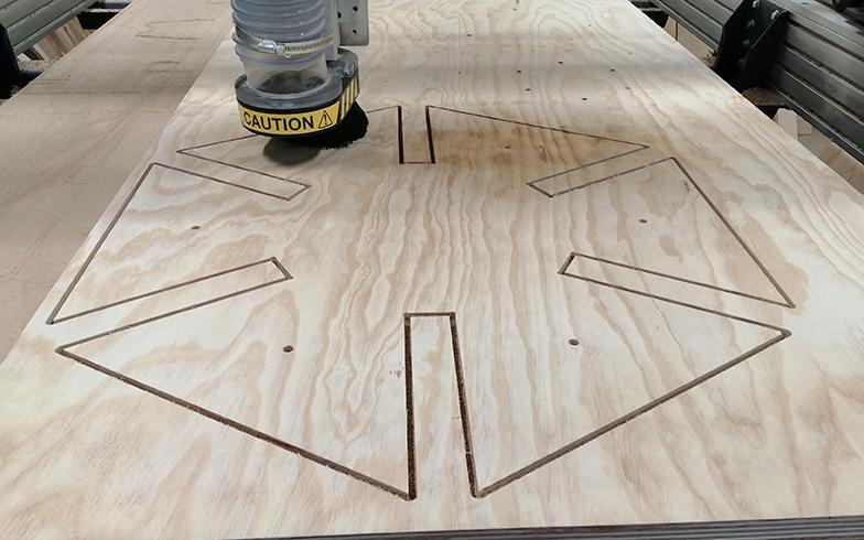デジタルファブリケーションを用いて木材を加工している(写真提供/小菅村)