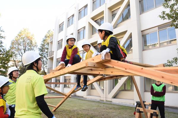 木材だけでつくる(金物無し)橋の製作授業。2019年の定期授業(5年生クラス)の様子(写真提供/こどものけんちくがっこう)