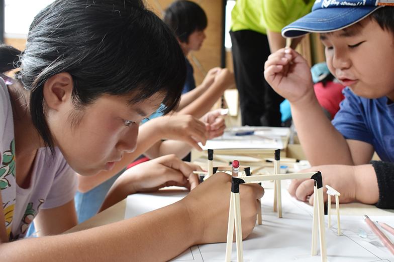 子どもの読書スペースのアイデアを出す、2018年の夏期特別授業の様子。子どもたちは皆真剣な表情(写真提供/こどものけんちくがっこう)