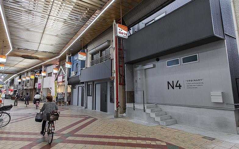 商店街の中に、宿泊棟N2~5が連なる。ちなみに、NとはNext doors(隣の家)のN。N4はもともと整骨院だったが空き地になっていたのでここだけ新築。川田菓子店がN3、喫茶店モアの1階がN2、2階がN5となっている。看板は昔のママ、店舗部分だけリノベーション。商店街に馴染んでいる(写真撮影/出合コウ介)