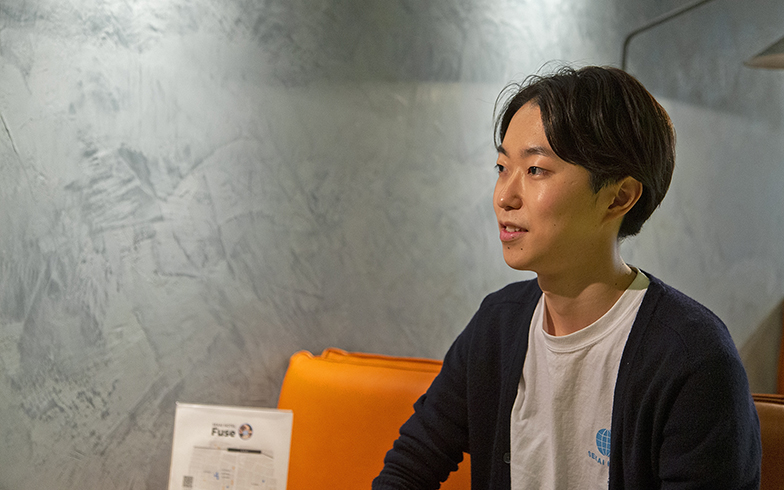 「SEKAI HOTEL」に勤務するクジラ株式会社の三谷昂輝さん。当初は遠くに住んでいたが、「地域の人々とのつながりを大切にしたいから」と近くに引越したそう(写真撮影/出合コウ介)