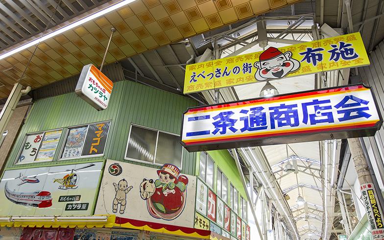 レトロな雰囲気のある布施の商店街。看板に歴史を感じる(写真撮影/出合コウ介)
