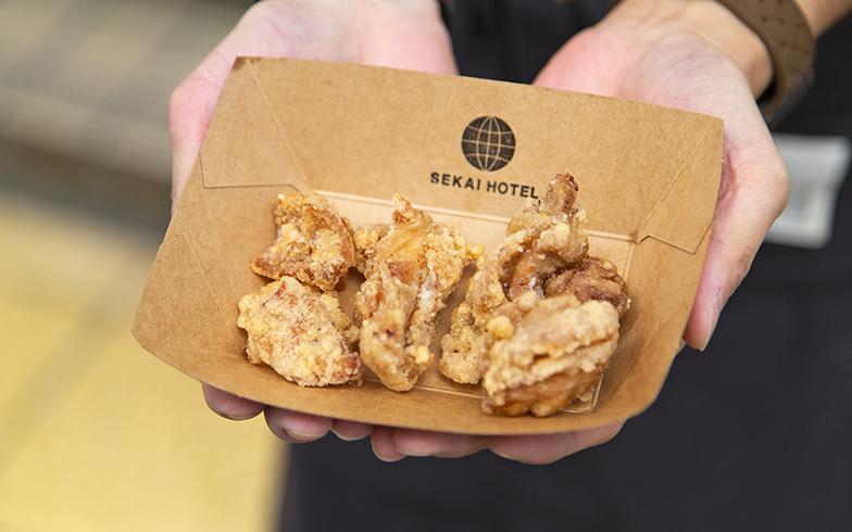 チケットを鶏皮チップスor鳥のからあげと交換。「ハーフ&ハーフも人気です。多めにサービスしておきますよ」(写真撮影/出合コウ介)