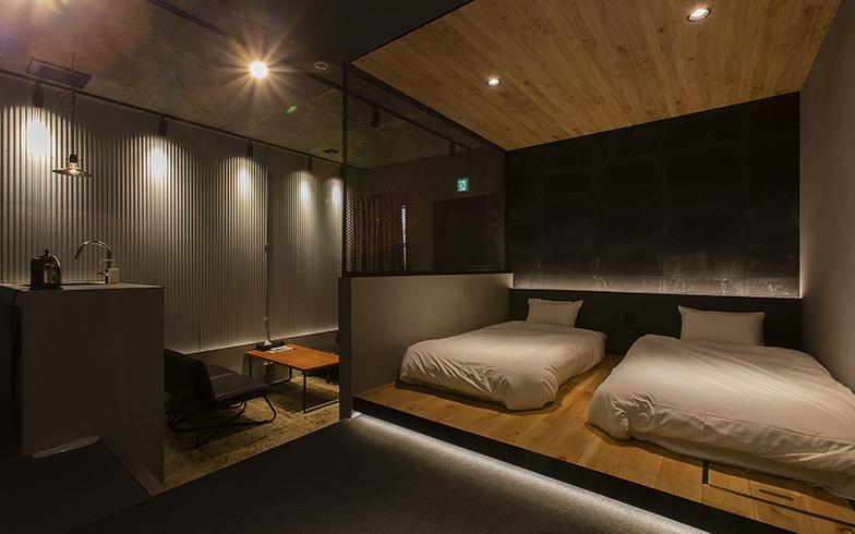 N3などの宿泊棟は「町工場」をコンセプトに、グレー・黒・シルバーを基調に、剥き出しの床はそのまま、無機質な素材でインダストリアルな雰囲気を演出 (写真撮影/出合コウ介)