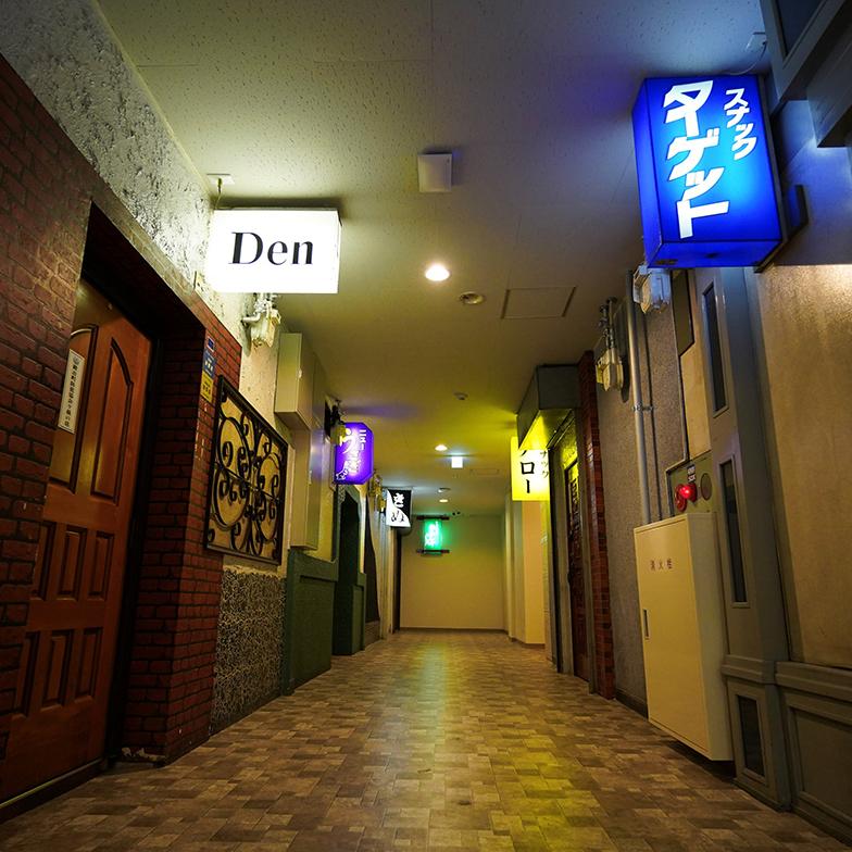 看板が建ち並ぶスナック。これがホテルなんて!夜は看板にライトがついて妖艶な雰囲気(写真提供/GOOD OLD HOTEL)