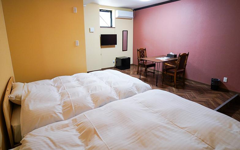 「ニューうさぎ」は青森の特産品であるリンゴをイメージした内装。外観がリンゴの木っぽいような緑色なところからインスピレーションを受け、部屋の中はリンゴの実の色である赤・黄色・茶でまとめた(ツイン)(写真提供/GOOD OLD HOTEL)
