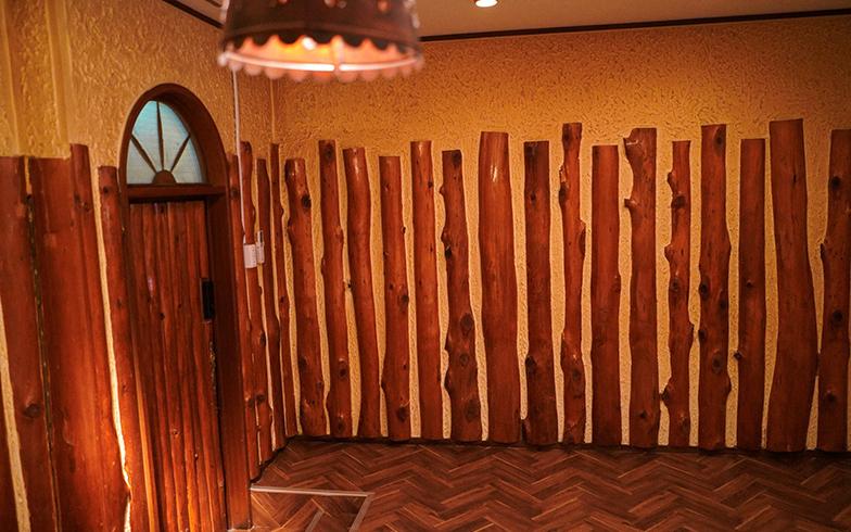 もともとの造作が木っぽいつくりだったのと、照明が土器っぽかったので、青森にある三内丸山遺跡をイメージしたお部屋(ツイン)(写真提供/GOOD OLD HOTEL)