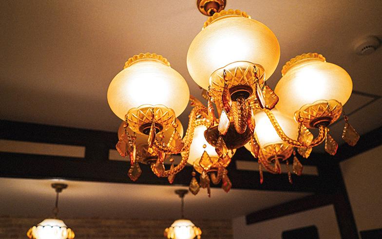 スナック感が強い部屋。タバコのヤニで琥珀色になったシャンデリアがポイント(ツイン)(写真提供/GOOD OLD HOTEL)