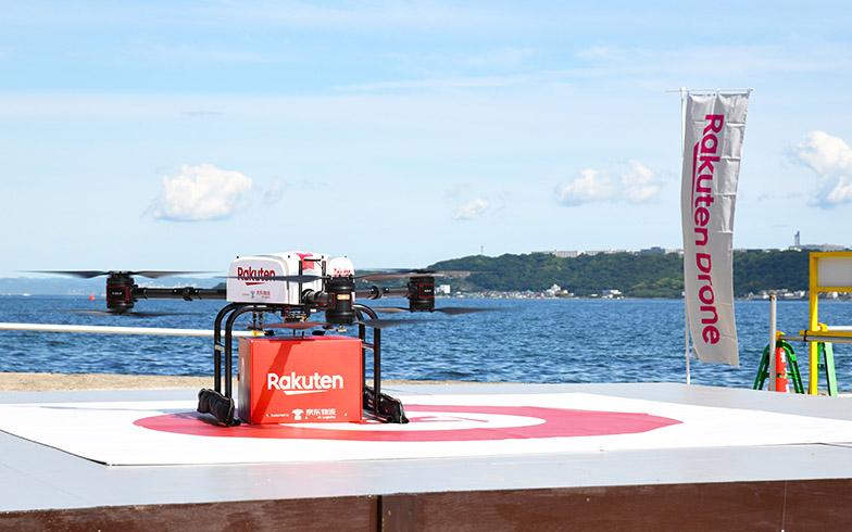 猿島での飛行の様子。現在楽天は最大積載量2kgの小型機と、同5kgの大型機を使用している(写真提供/楽天)
