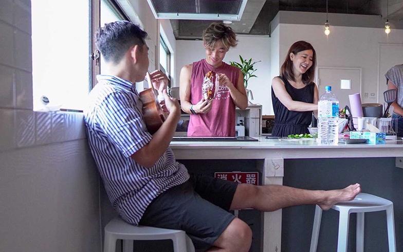 五島のシェアハウスで同僚と共同生活。写真は一緒に朝食をつくっている様子(写真提供/Eさん)