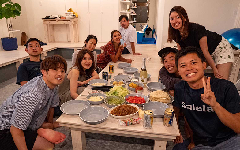 五島のシェアハウスにて。同居人と東京から遊びにきた友人たちと一緒にタコスづくり(写真提供/Eさん)