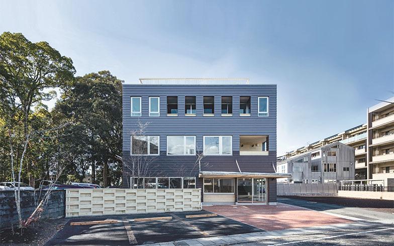 「いちぼし堂」の施設。1階は子どもを預けて働ける保育園、2階はコワーキングスペース、3階は県内外企業向けのレジデンス付きテレワーク拠点。レジデンスはワンルーム6室で、小林さんのほか東京の企業やインターン生が入居中(画像提供/いちぼし堂)