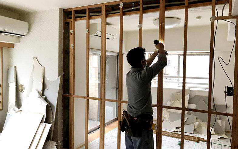 窓右手の隣の部屋との壁を取り払うという個人のDIYを超えた大胆な工事を自ら行えるのは建築学科卒業ならでは(工事中)(画像提供/小林さん)